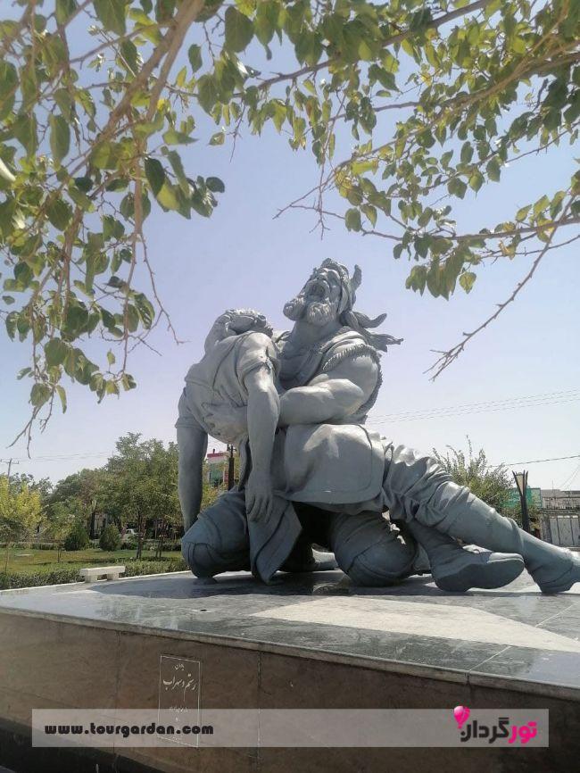 مجسمه رستم و سهراب در آرامگاه فردوسی