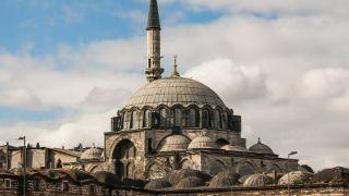 مسجد رستم پاشا (معرفی، جاذبهها و نحوه دسترسی)
